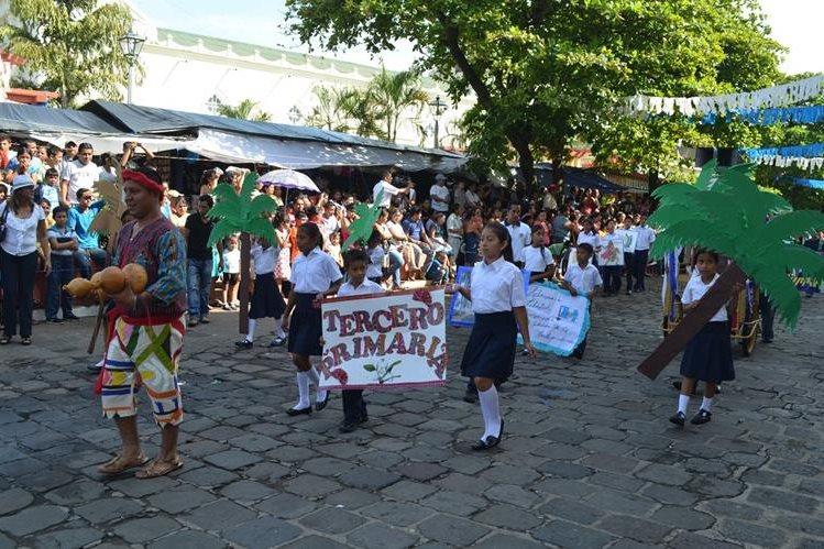 Algunos niños llevaban frutas y vestían trajes regionales, durante el desfile de independencia en la cabecera de Retalhuleu. (Foto Prensa Libre: Jorge Tizol)