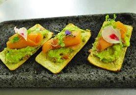Las tostadas con guacamol y queso mozzarela con top de salmón ahumado son una entrada perfecta. (Fotos Prensa Libre, Brenda Martínez)