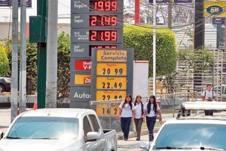 los combustibles aumentaron de precio entre el jueves y el viernes.(Foto Prensa Libre: Estuardo Paredes)