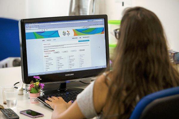 Una mujer compra por internet este martes, el día que los Juegos Olímpicos de Río de Janeiro 2016 abrieron el proceso de venta. (Foto Prensa Libre: EFE)
