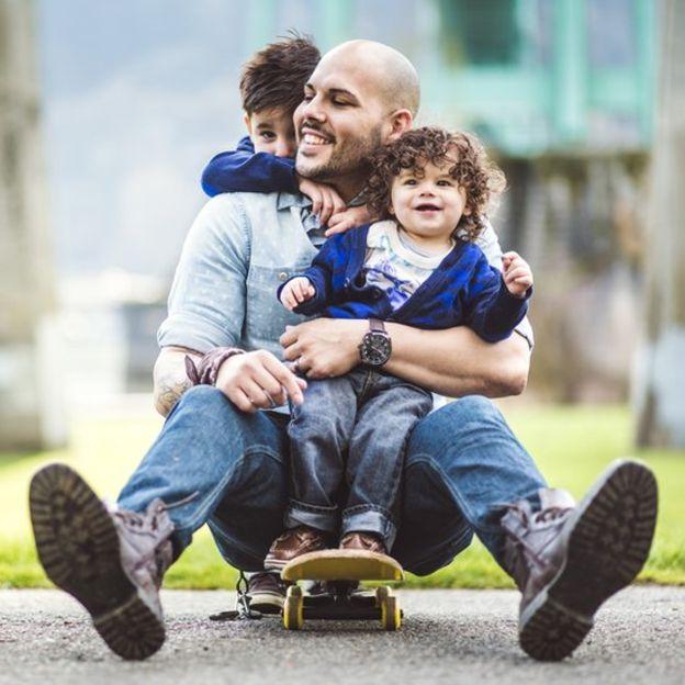 Los expertos coinciden en que animar a los niños a jugar en el exterior puede ayudar a reducir el riesgo de tener miopía y a que ésta se desarrolle a un ritmo más lento. (GETTY IMAGES).