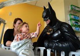 <em>Lenny Robinson, de 51 años, en una imagen de archivo junto a una niña en un hospital. (Foto Prensa Libre: AP).</em>