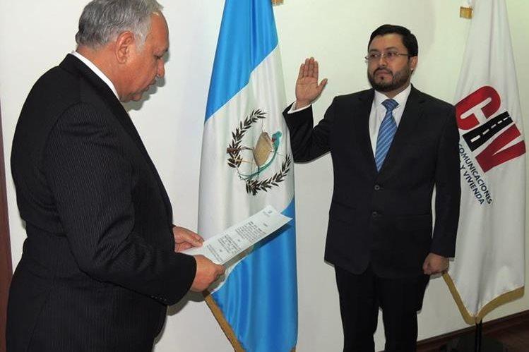 Momento en que Carlos Velásquez Monge es juramentado como directro de la DGAC. (Foto Prensa Libre: CIV)