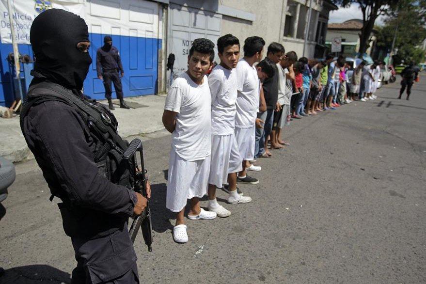 La violencia provocada por integrantes de las pandillas ha recrudecido en El Salvador. (Foto Prensa Libre: EFE).
