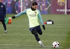 El argentino Lionel Messi practica disparos a balón parado durante el entrenamiento del equipo. (Foto Prensa Libre: FC barcelona)