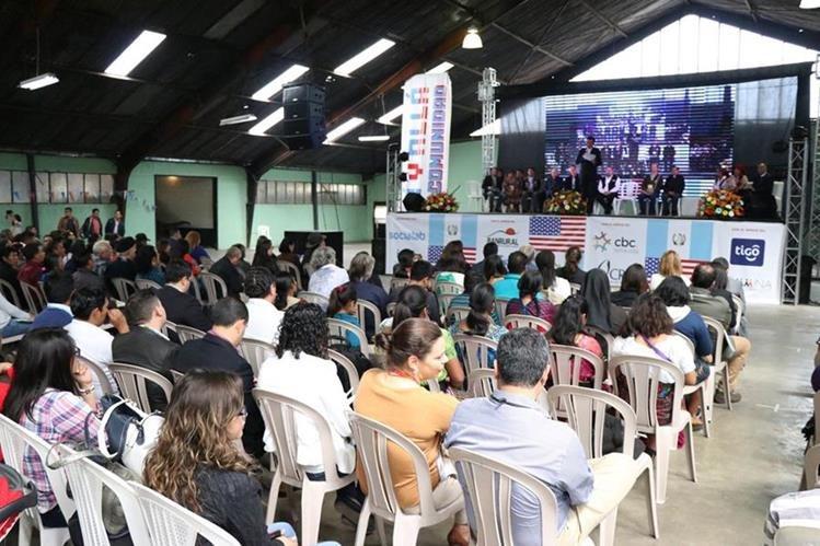 Cientos de familiares de migrantes, retornados, activistas y emprendedores asistieron al Centro Intercultural de Quetzaltenango, donde se realizó ayer y continúa hoy la primera Cumbre de Migrantes y Retornados. (Foto Prensa Libre: María José Longo)