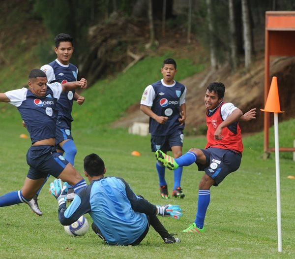 Esnaydi Zúñiga(d) en una acción del entreno de esta mañana de la Bicolor, en el Proyecto Goal. (Foto Prensa Libre: Edwin Fajardo)
