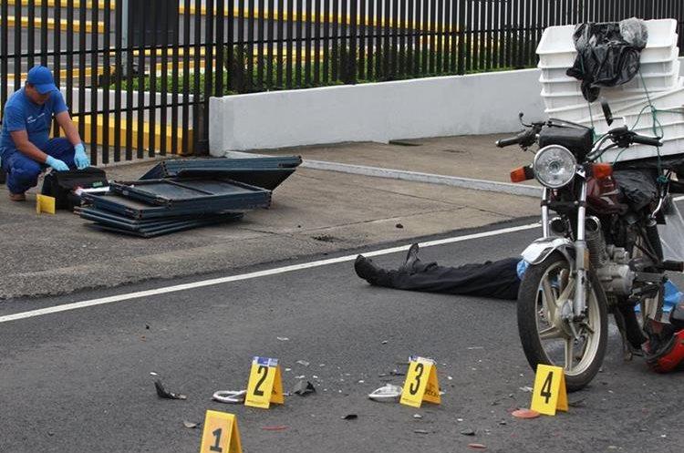 Un motorista murió al impactar con un camión en la calzada Roosevelt.(Prensa Libre:Hemeroteca PL)