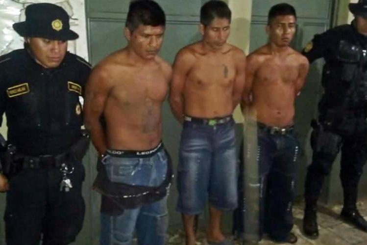 Los tres presuntos delincuentes fueron detenidos en Génova, Quetzaltenango. (Foto Prensa Libre: Cortesía PNC).