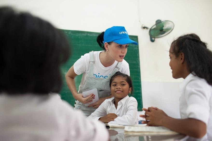 Katy Perry con estudiantes del Centro Quang Son Daycare en la provincia de Ninh Thuan, Vietnam. (Foto Prensa Libre: EFE)
