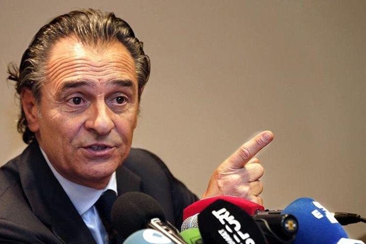 Prandelli explica las razones por las que ha presentado su renuncia como técnico valencianista. (Foto Prensa Libre: EFE).