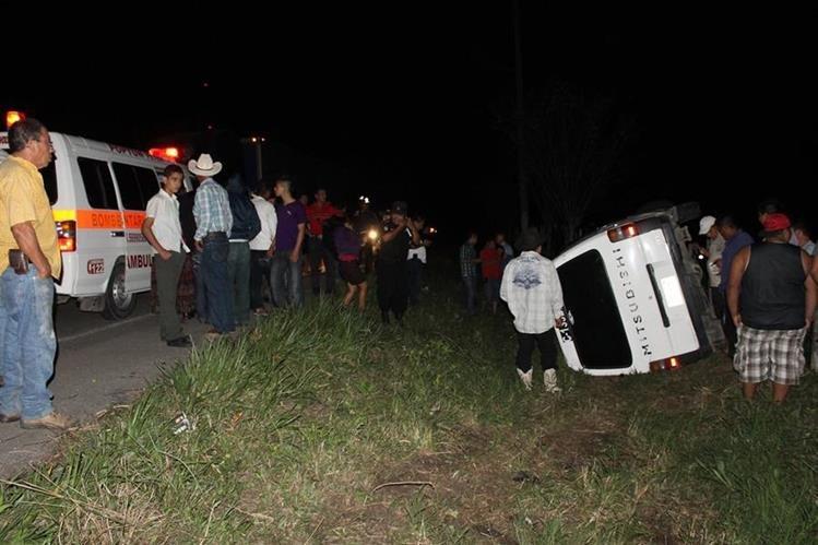 Microbús queda volcado en accidente en Poptún. (Foto Prensa Libre: Walfredo Obando)