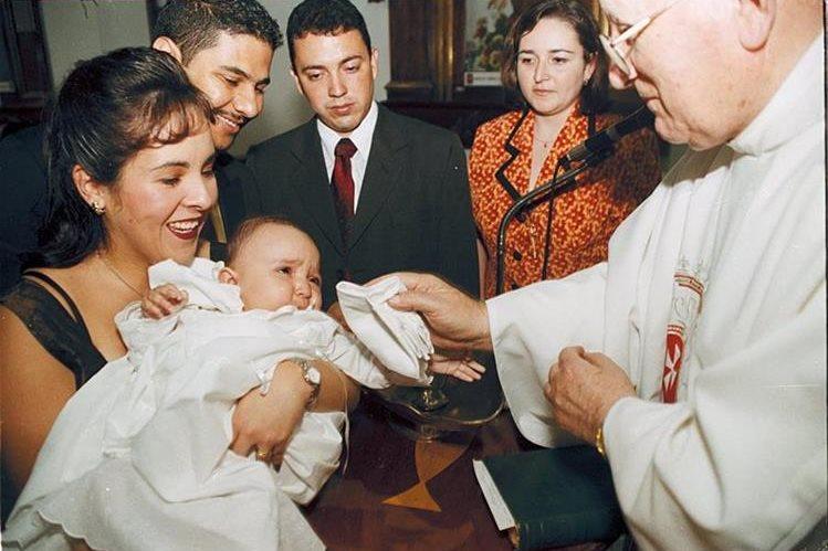 Un sacerdote durante un bautizó a una bebé en Guatemala. (Foto Prensa Libre: Hemeroteca PL).