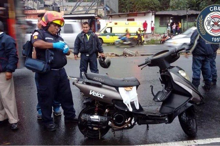 Cuando los bomberos llegaron al lugar del accidente solo encontraron la moto; el motorista, según testigos cayó al río y fue arrastrado por la correntada. (Foto Prensa Libre: CBM)
