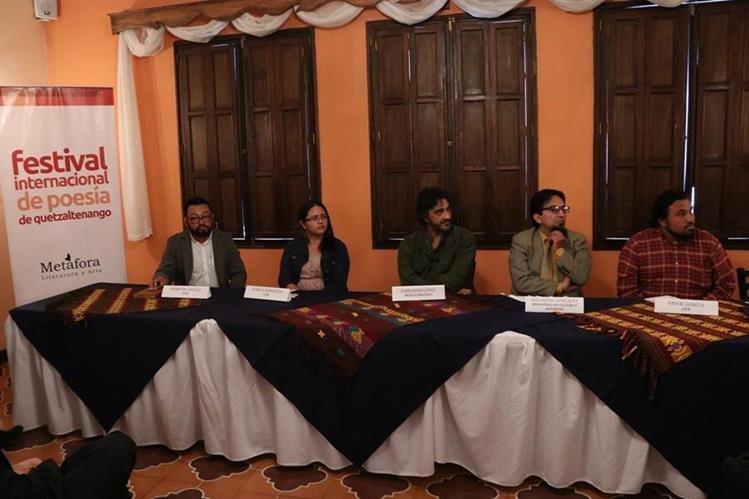 Representantes del FIPQ, artistas y organizaciones que apoyan la iniciativa durante la conferencia de prensa en la que se dieron detalles de la actividad. (Foto Prensa Libre: María José Longo)