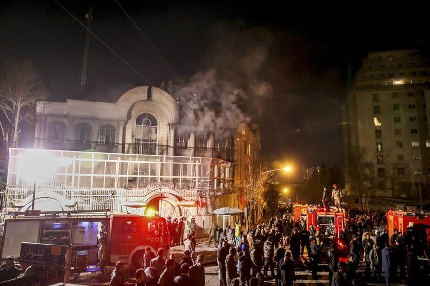 La embajada saudí en Teherán fue parcialmente destruida por manifestantes el sábado. (Foto Prensa Libre: AP).