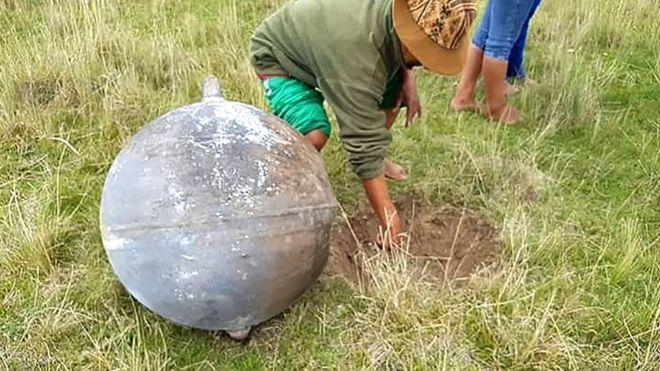 Los cuatro objetos cayeron el sábado en una zona de la ciudad de Puno, en la provincia peruana de Azángaro. AFP