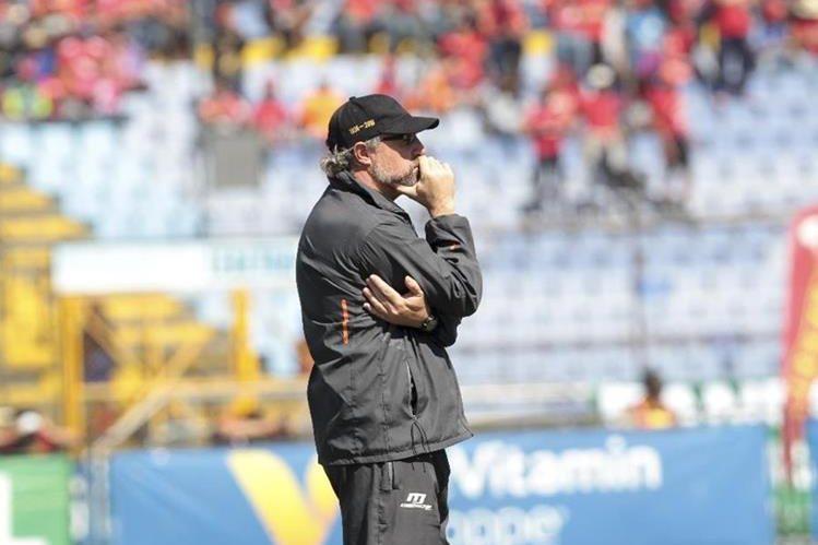 El estratega uruguayo Gustavo Machaín captado mientras dirigía la final de vuelta del Apertura 2016 contra Antigua GFC que se disputó en el estadio Doroteo Guamuch Flores. (Foto Prensa Libre: Norvin Mendoza)