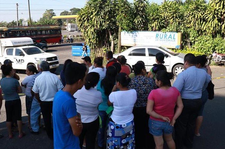 Curiosos se aglomeran en el lugar donde ocurrió el accidente de tránsito en Mazatenango, Suchitepéquez. (Foto Prensa Libre: Cristian Soto).