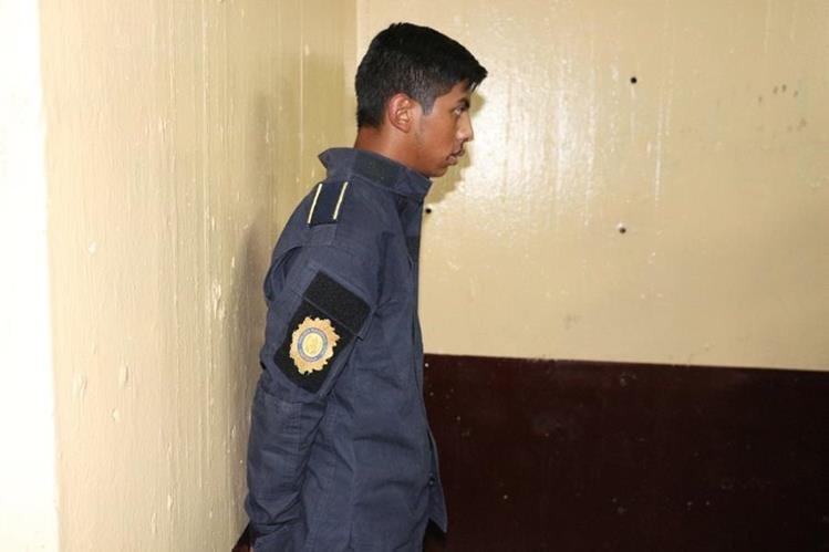 Luis Antonio Poitán Tecú, de 19 años, se vestía de PNC para extorsionar a comerciantes de la zona 4 de la capital. (Foto Prensa Libre: PNC)