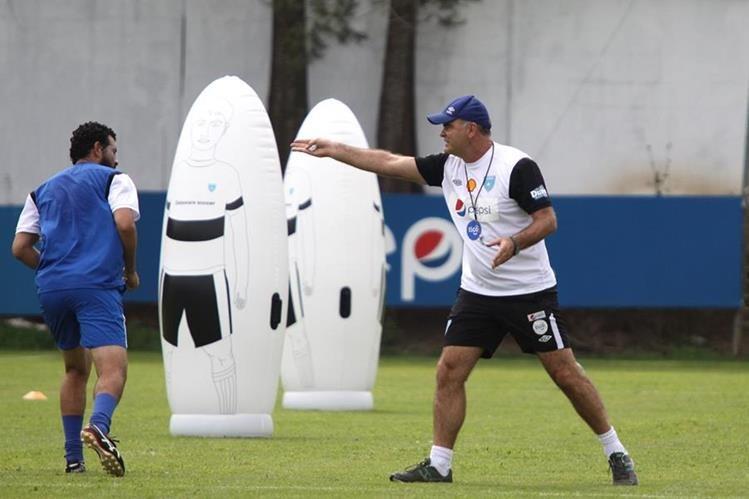 Iván Franco Sopegno exigió al máximo a los jugadores de la Bicolor durante los entrenamientos en el Proyecto Goal. (Foto Prensa Libre: Jesús Cuque)