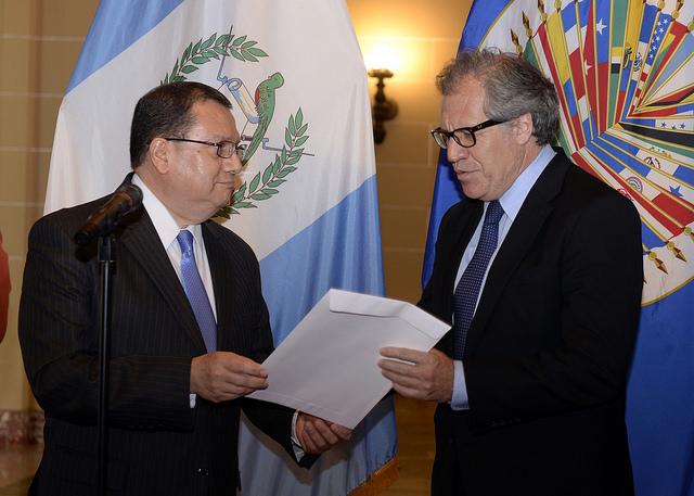 Luis Raúl Estévez López presenta sus cartas credenciales al Secretario General de la OEA, Luis Almagro. (Foto Prensa Libre: OEA)