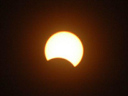Así se observará el eclipse parcial de sol en Guatemala, el círculo blanco es el sol, la parte oscura es la luna. (Foto Prensa Libre: Facebook: Edgar Castro)