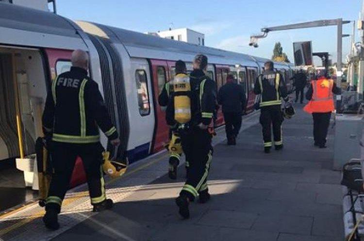 La policía y el servicio de ambulancias de Londres, responden a un incidente en la estación de metro de Parsons. (Foto Prensa Libre: EFE)