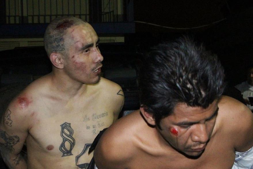 Giriam Pineda -al fondo- y Héctor Pérez, supuestos pandilleros capturados en la zona 16. (Foto Prensa Libre: Cortesía PNC)