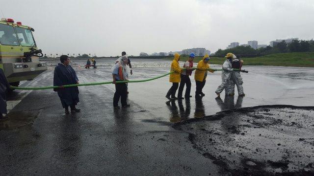 Trabajadores de la Dirección General de Aeronáutica Civil empiezan a reparar pista del aeropuerto de la zona 13. (Foto Prensa Libre: DGAC)