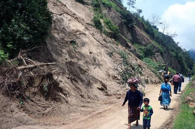 Decenas de familias han resultado afectadas por el derrumbe que se registro en el km 198 de la ruta entre Quetzaltenango y Retalhuleu. (Foto Prensa Libre: Carlos Ventura)