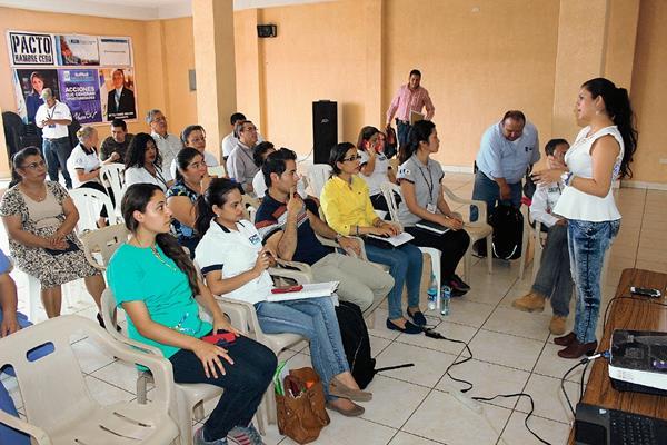 Autoridades de Jutiapa y representantes de la sociedad civil discuten la  creación de un banco de alimentos para beneficiar a la población. (Foto Prensa Libre: Óscar González)