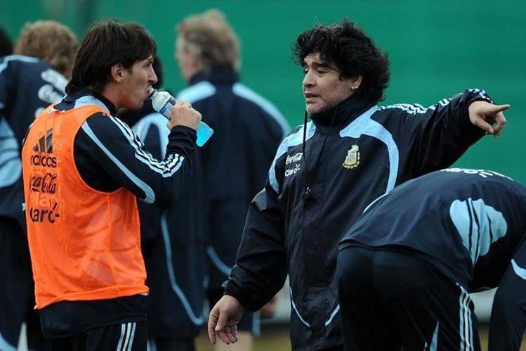 """El exfutbolista argentino Diego Armando Maradona reconoció hoy que le """"encantaría"""" jugar con los barcelonistas Lionel Messi, Neymar y Luis Suárez. (Foto Prensa Libre: Hemeroteca PL)"""