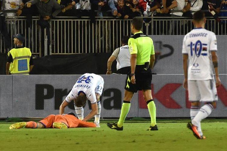 Al finalizar el encuentro, el portero Emiliano Viviano luce desconsolado y admite su culpa. (Foto Prensa Libre: Twitter Sampdoria)
