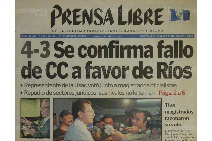 Francisco Flores informa del amparo a favor de Ríos Montt, con el voto de la Universidad de San Carlos. Portada del 15/07/2003. (Foto: Hemeroteca PL)