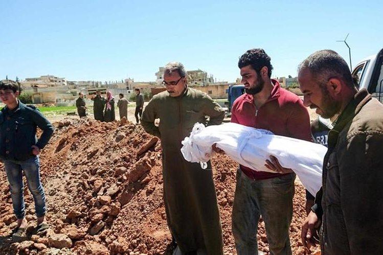 Sirios entierran a víctimas de ataque con armas químicas en el norte de ese país. (Foto Prensa Libre: AFP)