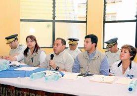 Mauricio López  Bonilla (centro), ministro de Gobernación, asegura que busca mecanismos para proteger a periodistas de Mazatenango, Suchitepéquez. (Foto Prensa Libre:)