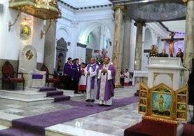 El monseñor Oscar Julio Vian oficio la misa dominical en la catedral metropolitana. (Foto Prensa Libre: Geldi Muñoz)