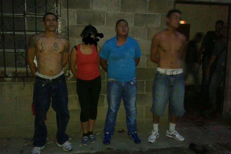 Los tres pandilleros y la adolescente de 15 años, detenidos en un reducto criminal en San Miguel Petapa. (Foto Prensa Libre: PNC)