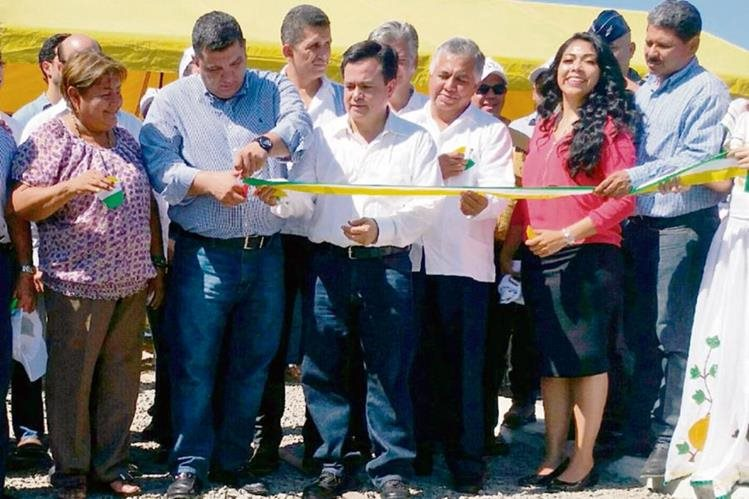 autoridades cortan la cinta simbólica de inauguración de los trabajos en Tecún Umán.