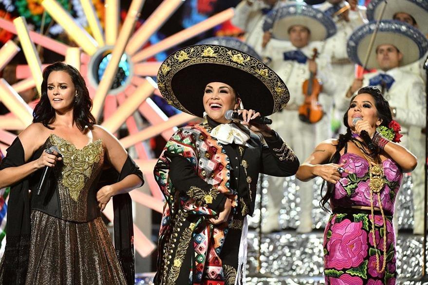 Las cantantes Shaila Durcal, Aida Cuevas y Lila Downs interpretaron los grandes éxitos del fallecido Juan Gabriel, durante un emotivo homenaje. (Foto Prensa Libre:AFP)