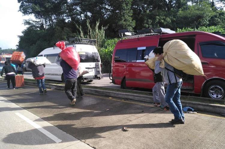 Quintales de producto son trasladados a sus destinos a pie debido a los bloqueos.