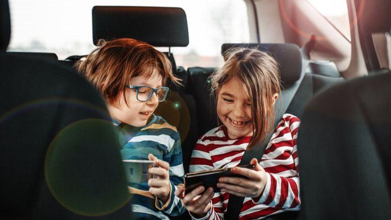 La necesidad de socialización suele ser una de las razones para que un niño de 12 años insista en tener un teléfono móvil. (Getty Images).