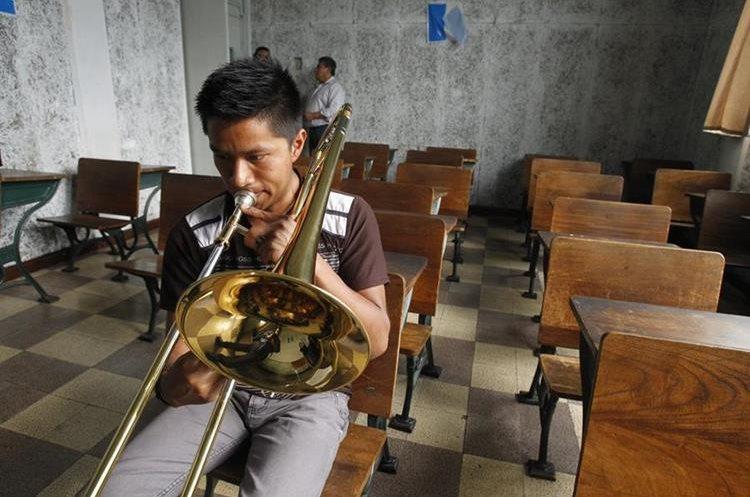 Los jóvenes eligen tocar entre  18 instrumentos. Hay un inventario con 487, pero no todos funcionan a totalidad. (Foto Prensa Libre:  Paulo Raquec)
