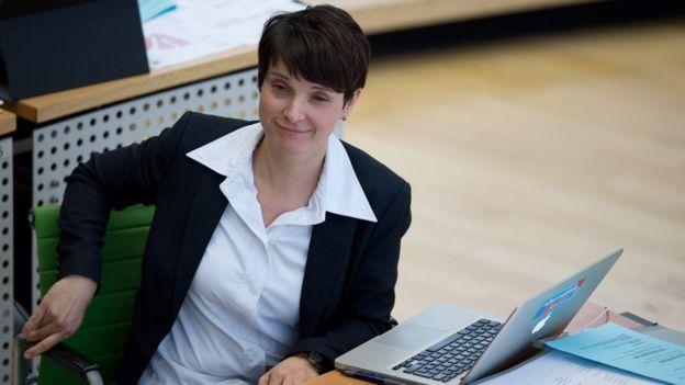 """Frauke Petry, líder del partido Alternativa para Alemania, ha sido criticada por tratar de revivir la palabra """"voelkish"""" utilizada durante el nazismo como equivalente de """"pueblo"""" o """"nacional"""". EPA"""