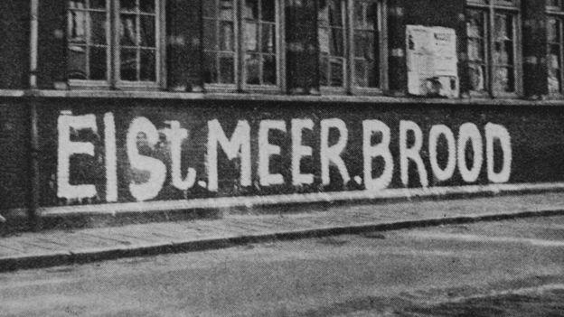 """Un grafiti de la resistencia en una calle reza """"Pidamos más pan"""", en pleno Invierno del hambre. HULTON ARCHIVE"""