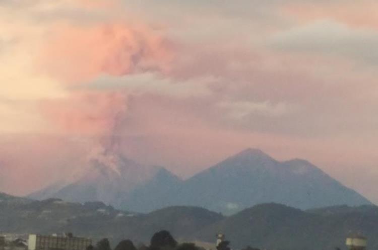 El humo y la ceniza expulsada por el Volcán de Fuego pintó de naranja el cielo de los guatemaltecos. (Foto Prensa Libre: Twitter Elsa de López)
