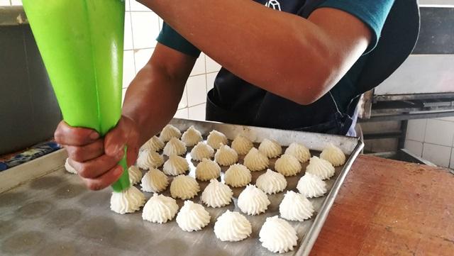 Elaboración de los bocadillos de coco. (Foto Prensa Libre: Oscar Felipe Q.)