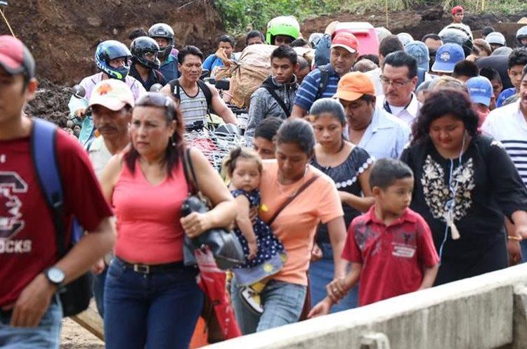 Familias tienen que esperar cierto tiempo para poder pasar por el puente Cameya, Suchitepéquez. (Foto Prensa Libre: Cristian Soto)