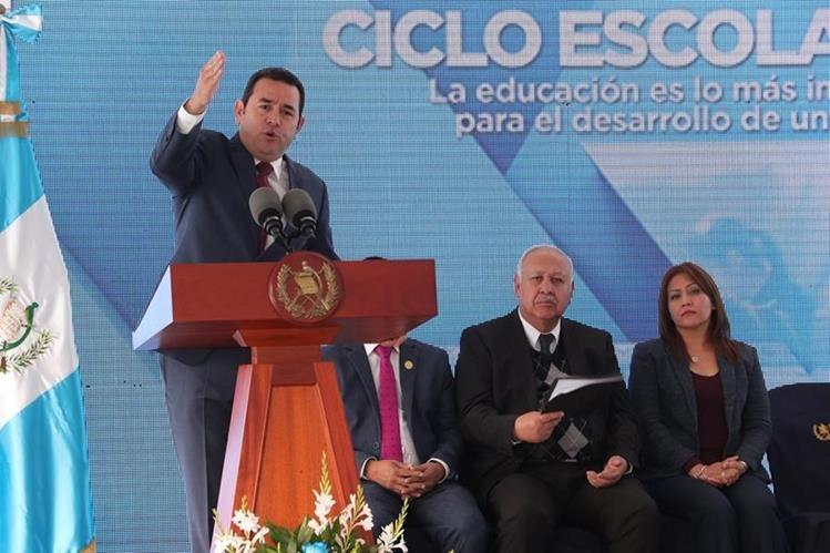 El presidente Jimmy Morales, junto con algunos ministros y el presidente del Congreso, Óscar Chinchilla, abrió las clases en la escuela del Jícaro, Boca del Monte. (Foto Prensa Libre: O. Rivas)
